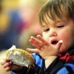 خوردن شیرنی زیاد در کودکان